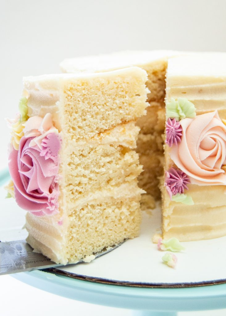 vanilla cake_slicing